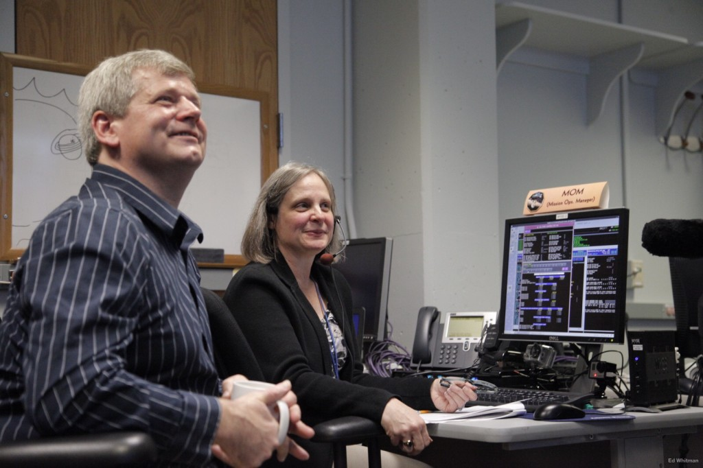Alice Bowman, New Horizons Mission Operations Manager (MOM), on console [Image copyright: NASA.gov]